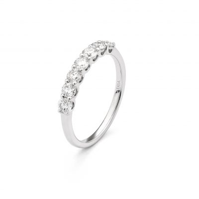 18ct White Gold Ring with 0.70 ct White Diamonds. Weight: 2.4 g